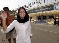 """حنا مخملباف، فیلمساز ایرانی، جایزهی """"شجاعت در هنر"""" جشنوارهی فیلم ونیز را از آن خود کرد. تندیس شجاعت به خاطر «بیان شجاعانهی وقایع تاریخ امروز ایران و آوردن صدای نسل جوان به دنیا» به وی اهدا شد."""