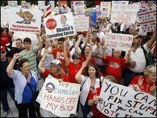 تظاهرات مخالفان سیاست های درمانی اوباما در واشنگتن
