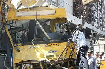 دو دستگاه اتوبوس تندرو، ساعتی قبل در میانه زیرگذر یادگار امام (مسیر شرق به غرب) با هم برخورد کردند.