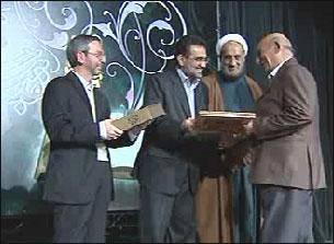 خادمان برتر عرصه کتاب و کتابخوانی با اهداء لوح سپاس و جوایزی تجلیل شدند.