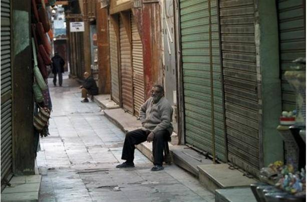 عکس / همزمان با تهدید دولت مبارک به کودتای نظامی، فرودگاههای مصر نیمه تعطیل شدند و اصناف دست به اعتصاب زدند