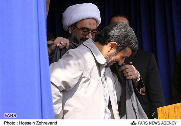 احمدی نژاد در لباس بوشهری (عکس)