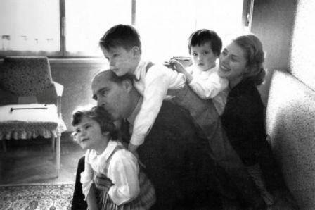 عکس/ برنده اسکار در کنار همسر و سه فرزندش
