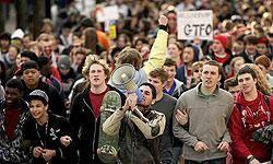 تظاهرات هزاران نفري در نيويورك در اعتراض به سياستهاي آمريكا