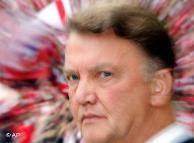 باشگاه بایرن مونیخ که قرار بود در پایان فصل جاری به همکاری خود با لوئیس فان خال، سرمربی هلندیاش خاتمه دهد، در پی تشدید سقوط تیم به ردهی چهارم جدول بوندسلیگا و تشدید بحران تیم، او را روز یکشنبه (۱۰ آوریل) برکنار کرد.