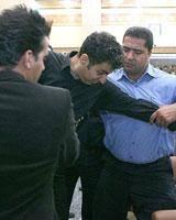 مردی که عادل فردوسیپور را با زور روی صندلی نشاند+ عکس