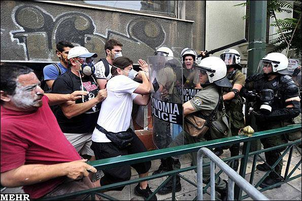 یونان صحنه اعتراضات گسترده مردمی / لایحه ریاضت اقتصادی تصویب شد