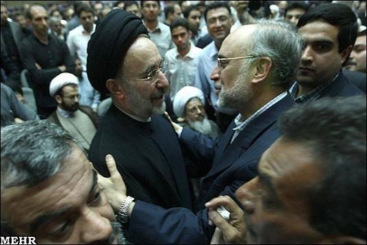 مصافحه وزیر خارجه با خاتمی(عکس) (۱۳ نظر)
