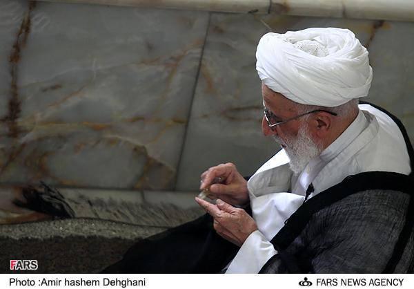 عطر زدن خطیب نماز جمعه تهران/ تصویر