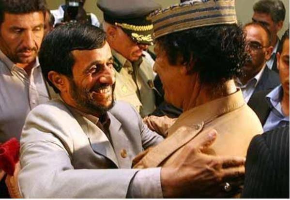 احمدی نژاد عكس خودش با قذافی را ندیده یا منظور دیگری داشت؟ + عکس