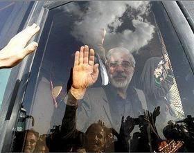 دیدار تعدادی از اقوام با موسوی و رهنورد/ میرحسین: سلام مرا به ملت ایران برسانید