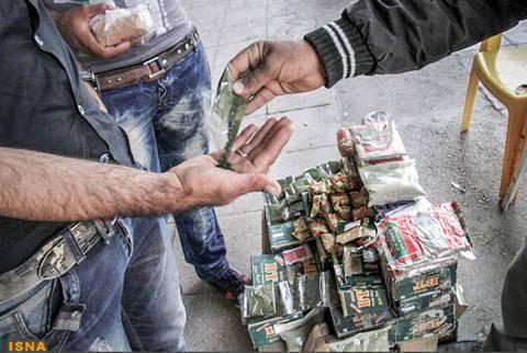 تصاویر/ فروش علنی مخدر ناس در بازار کرمان