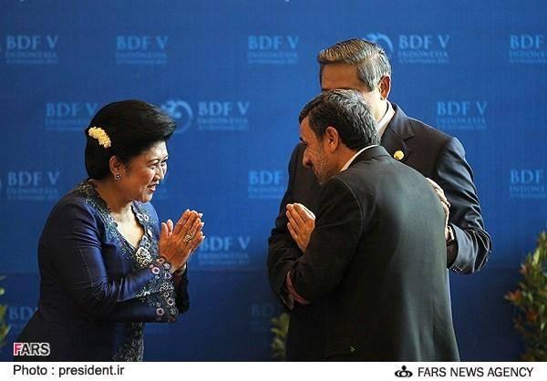 ادای احترام احمدینژاد به زن اندونزیایی (عکس)