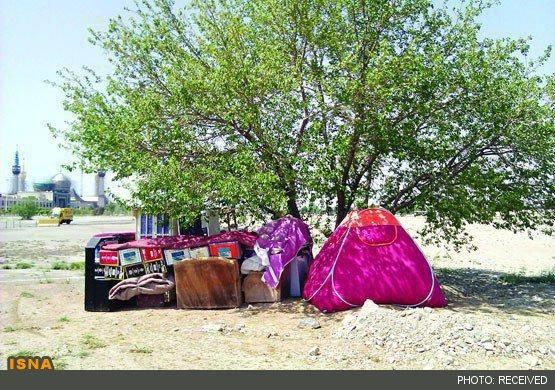 چادرنشینی خانواده بیپول در بهشت زهرا (+عکس)