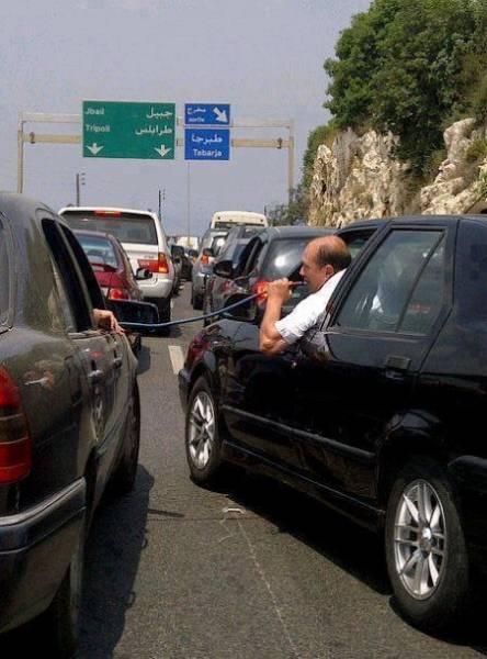 قلیان کشیدن در اوج ترافیک! (عکس)