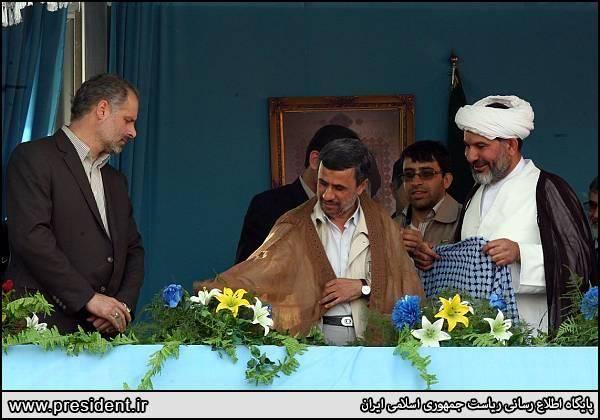 احمدی نژاد با عبا و لباس عربی ! /عکس