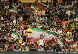 تجمع بانوان پشت درب های استادیوم برای بازی والیبال ایران – صربستان/ ممانعت مجدد نیروی انتظامی