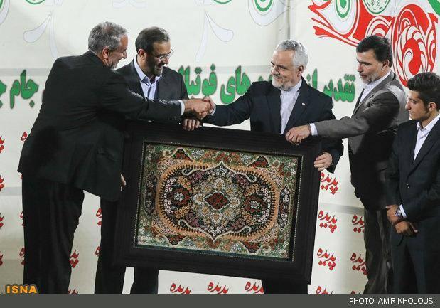 عکس/ هدیه کفاشیان به احمدی نژاد