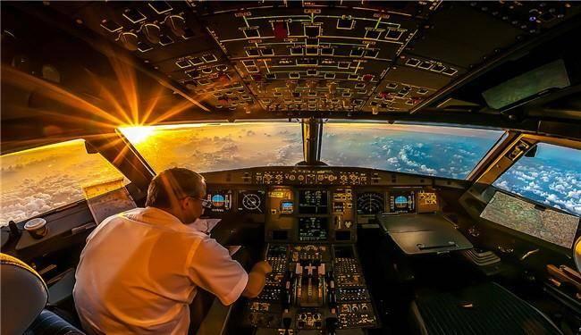 لحظۀ زیبای طلوع خورشید در کابین هواپیما