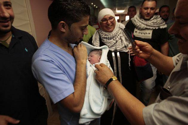 تولد نوزاد قاچاقی در فلسطین(+عکس)