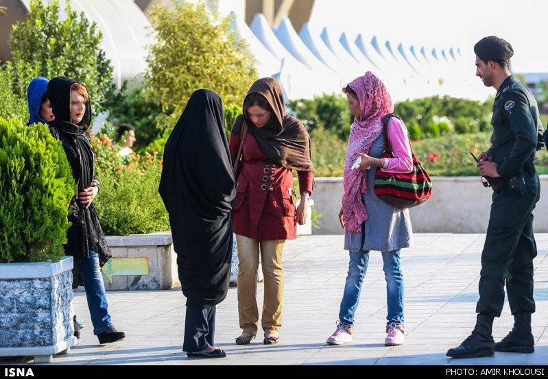 برخورد گشت ارشاد با پوشش برخی زنان در برج میلاد (عکس)