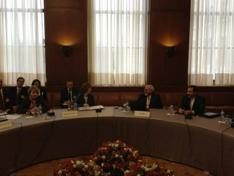 نخستین عکس از مذاکرات ایران و 1+5 در ژنو/ظریف به خاطر کمر درد نشسته عکس گرفت