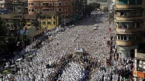 ازدحام جمعیت در مومبای هند ۱۸ کشته برجای گذاشت