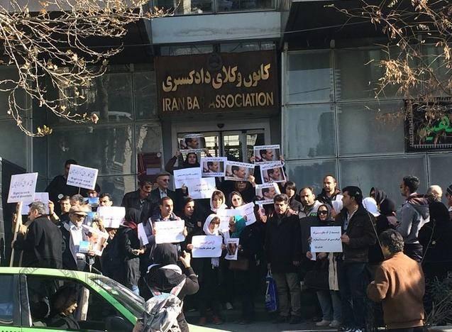 تجمع پیروان عرفان حلقه در مقابل زندان اوین و کانون وکلای دادگستری + عکس