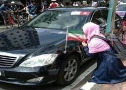 بوسه دختر اندونزیایی بر پرچم ایران