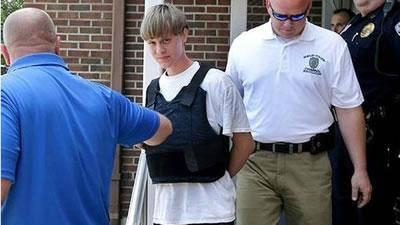 """خانواده قربانيان کشتار در کليسای چارلستون: """"مهاجم را میبخشيم"""""""