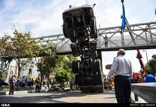 تصویری: برخورد کامیون با پل عابر پیاده - شهر ری
