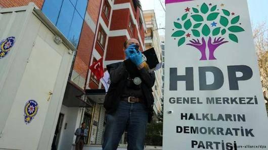 در پی افزایش تنش و خشونت میان نیروهای نظامی دولت ترکیه و پ.ک.ک)٬ مقر حزب دموکراتیک خلق (اچدیپی) که از مخالفان دولت و حامیان کردهاست٬ در آنکارا هدف حمله گروهی خشمگین قرار گرفت