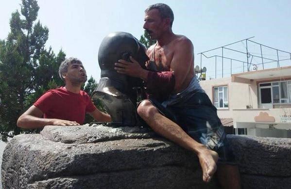 عکس:اجبار برای بوسیدن مجسمه آتاترک!