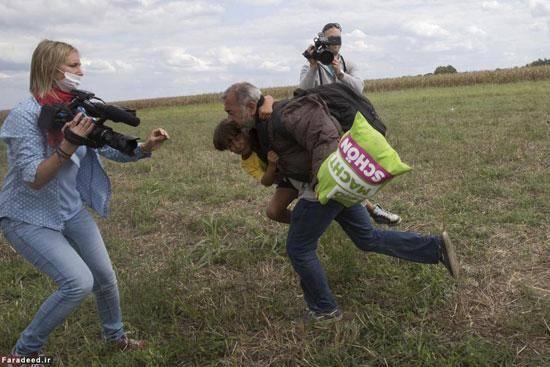 لگد خبرنگار زن به دو پناهجو +عکس