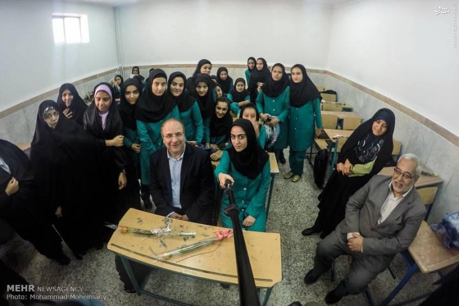 عکس:سلفی قالیباف در مدرسه دخترانه