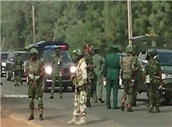 ارتش نیجریه در حال دفن دسته جمعی و سوزاندن اجساد مسلمانان قتل عام شده