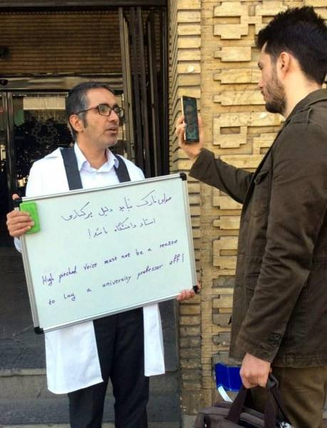 تحصن استاد اخراج شده برای صدای زنانه اش (تصویر)
