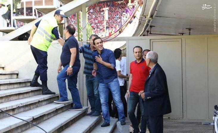 عکس: حضور علی کریمی با لباس آبی در ورزشگاه