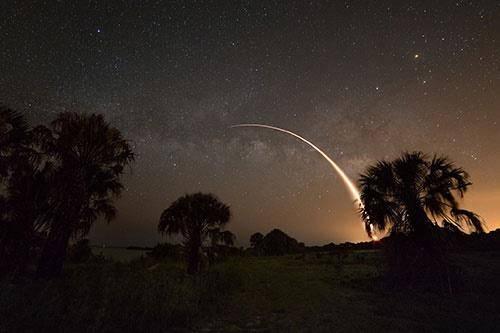 تصویر مشترک موشک فالکون 9 و کهکشان راه شیری +عکس
