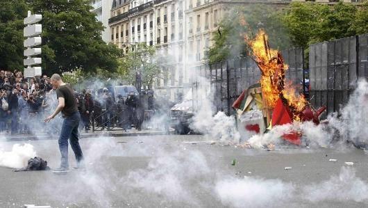 اینروزها نگاهها به تحرک طبقه کارگر فرانسه و اعتراضات گسترده جاری در این کشور خیره شده است. بار دیگر امید به سد کردن تعرض بورژوازی علیه زندگی و معیشت کارگران و شهروندان جامعه در مرکز اروپا زنده شده است. این پدیده پر شور و قدرتمند تا همین جا حق طلبی و سرزندگی طبقه کارگر در یکی از کانونهای قدرتمند خود در قلب اروپا را نشان میدهد