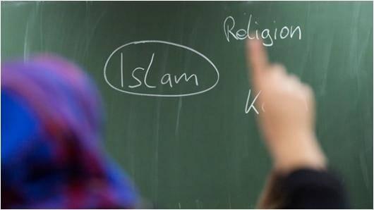 اینطور نیست که همه پناهندگان از کشورهای اسلامی ، مومن و معتقد باشند. چه تعداد از پناهندگان از کشورهای اسلامی، لامذهب هستند، اینرا کسی نمیداند، در مواردی آنها را باور نمیکنند که مذهب ندارند و این پناهندگان بی خدا معمولا از خشونت و آزار در هایم ها میترسند
