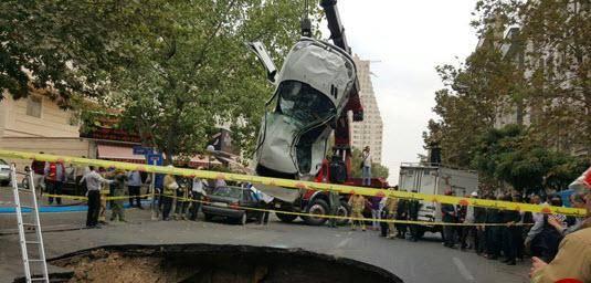 نشست زمین در اتوبان ستاری یک خودرو را بلعید/ مصدوم حادثه به بیمارستان منتقل شد + عکس