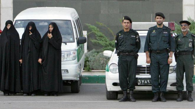 فضولی در زندگی مردم در حکومت آخوندی/  پلیس شیراز با 'شلوارهای ریش ریش و مانتوی چسبان برخورد می کند'