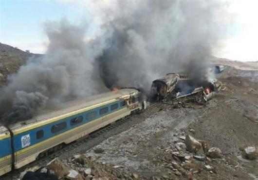 صبح امروز -جمعه- در ساعت هفت و ۴۰ دقیقه، دو قطار مسافربری در ایستگاه هفتخوان دامغان ـ سمنان به یکدیگر برخورد کردند؛ یکی از قطارها از سمنان به سمت تهران درحرکت بود و دیگری از تبریز عازم سمنان بود