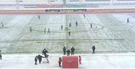 سازمان لیگ عذرخواهی کرد/ توپ رنگی به نیمه دوم بازی استقلال رسید