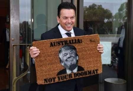 سناتور استرالیایی: کانبرا پادری آمریکا نیست/ چهره 'ترامپ' لگدمال شد