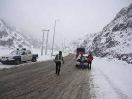 بارش برف و تگرگ درجاده کرج-چالوس/ رانندگان زنجیر چرخ داشته باشند
