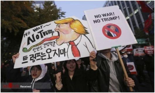 بنا به وضعیت بسیار شکننده ای که به علت سیاستهای جنگ طلبانه کیم وترامپ در چند ماه گذشته، شبه جزیره کره با آن روبرو است مردم کره جنوبی با شعارهای «نه به جنگ»« نه به ترامپ »،«ما خواهان آرامش و صلح هستیم » دست به تظاهرات وسیعی زدند.آنها ضمن مقابله با نیروهای پلیسی و سرکوبگران،باصدایی رسا اعلام نمودند نباید به سرمایه دارن و دولتهای مدافع آنها اجازه داد تا جنگی دیگر بر مردم کره تحمیل نمایند.