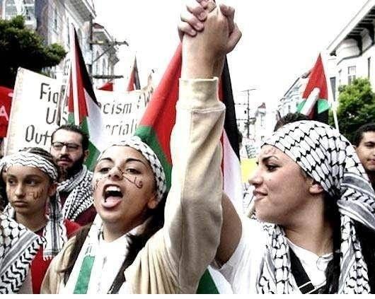 """یک وجه مشترک در هر دو جنبش ناسیونالیستی فلسطین و الجزایر، عنصر اسلامی آنها می باشد. ناسیونالیسم مذهبی به این گرایش دارد که به صورتی """"محافظه کارانه"""" تعریف بشود، تعریفی که بطور خاصی بر """"پدرسالاری"""" دلالت دارد. این روایت از ناسیونالیسم ، متمایل به تشبیه ملت به یک خانواده است. چنین برداشتی، به درون انتظارات مردان و زنان در میان خود ملت، نفوذ کرده و نقش های جنسیتی بسیار بخصوصی را به آنها اختصاص می دهد"""