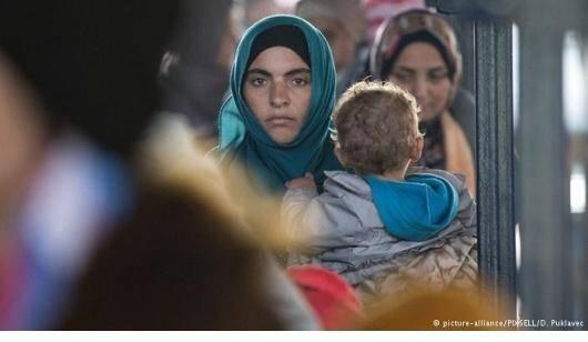 حدود یک میلیارد نفر در سرتاسر جهان مهاجر هستند. حدوداً ۲۵۰ میلیون نفر مهاجران بین المللی هستند که کشور خود را برای یافتن فرصتهای بهتر و یا امنیت ترک کردهاند. تقریباً نیمی از این تعداد زنان و دختران هستند. امروزه یکی از عمدهترین عوامل مهاجرت، جنگ و درگیری است و تعداد بسیاری از مردم ناگزیر از خانههایشان آواره شدهاند. براساس آخرین گزارشها، حدود نیمی از این پناهندگان زنان هستند